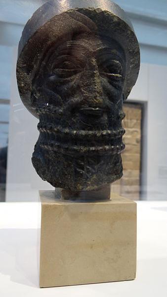 Escultura representando o rosto de Hamurabi, fundador do primeiro império babilônico. [2]