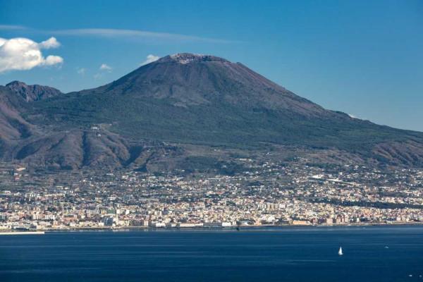 O Monte Vesúvio, localizado ao sul da Itália, é um vulcão adormecido.
