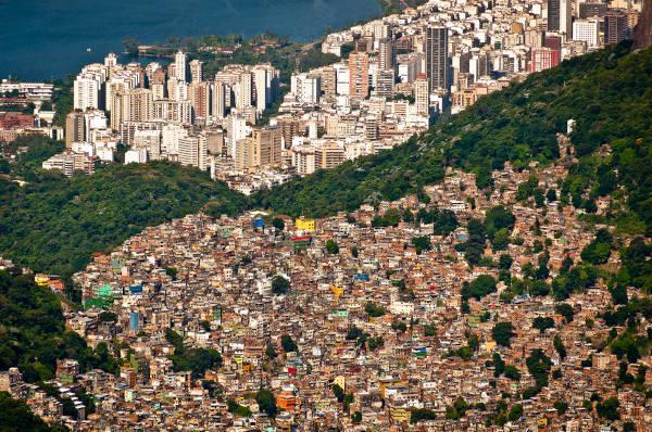 O crescimento desigual e desordenado das cidades e a ausência de estrutura para atender às novas demandas configuram a chamada macrocefalia urbana.
