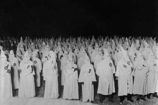 A Ku Klux Klan é, ainda hoje, um dos grandes exemplos de organização supremacista que existiram na história.