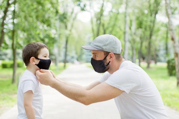 Pais devem orientar seus filhos sobre o uso da máscara e ajudá-los enquanto ainda são muito pequenos.