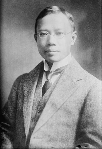 Wu Lien-teh foi o médico chinês responsável por combater o surto de peste pneumônica que atingiu a China no começo do século XX.[1]