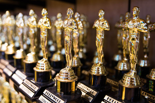 O Oscar foi oficialmente criado em 1927 e teve sua primeira cerimônia realizada em Los Angeles, em 1929.[1]