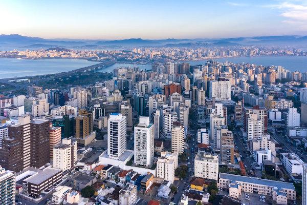 A sede do governo estadual catarinense fica em Florianópolis.
