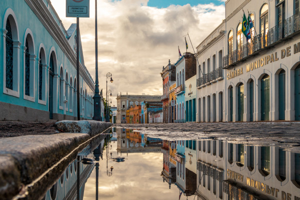 Foto de uma rua do centro histórico de Maceió, com prédios tombados.