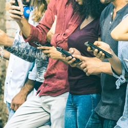 Pessoas segurando celular
