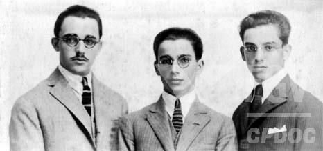 Foto em preto e branco de Anísio Teixeira, no centro, com dois amigos.