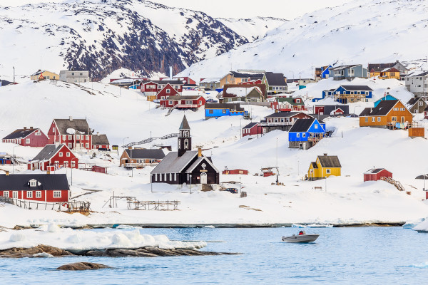 Povoado em colinas cobertas por neve, na Groenlândia, Ártico.