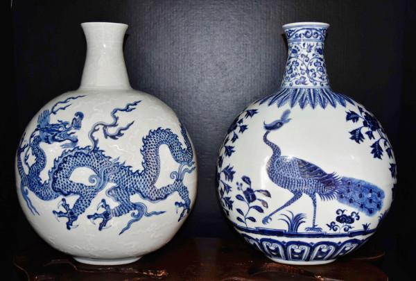 Foto com dois vasos chineses brancos com desenhos azuis feitos com base em compostos de cobalto.