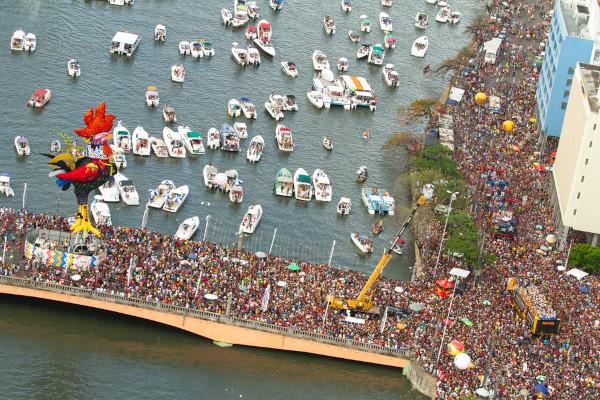 Vista aérea de multidão de foliões participando do bloco carnavalesco Galo da Madrugada.