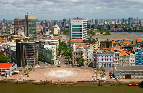 Vista parcial de Recife e da praça do Marco Zero, indicando o local de fundação da capital pernambucana.