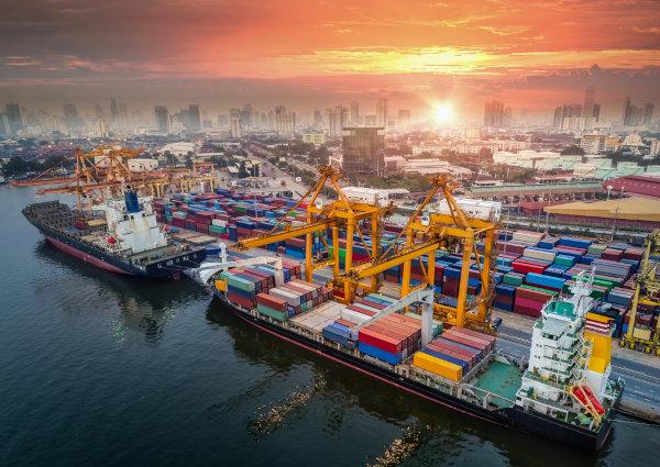 Vista aérea de navios cargueiros em porto