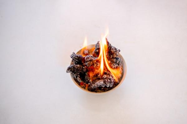Foto de carvão pegando fogo.