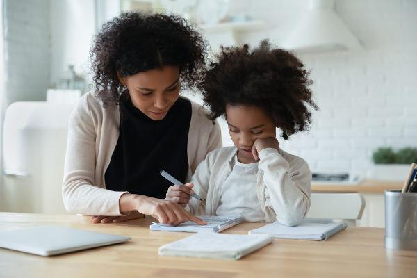 No homeschooling, os pais participam ativamente do processo de formação intelectual dos filhos.