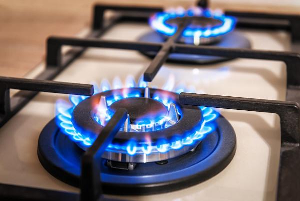 O gás natural, de ampla utilização em nossas residências, é uma mistura de hidrocarbonetos leves, em que se destaca o metano, CH4.