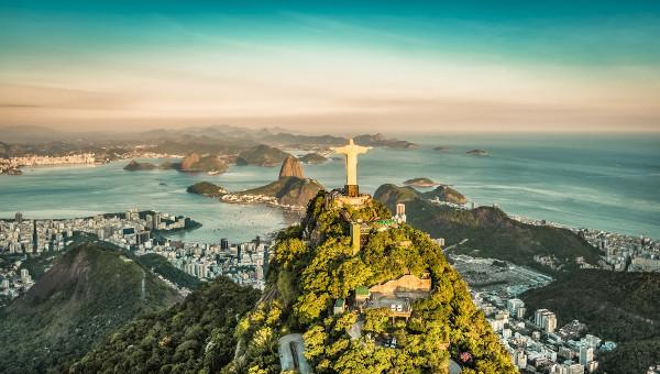 Vista aérea do Rio de Janeiro abrangendo a paisagem do Cristo Redentor e do Corcovado.
