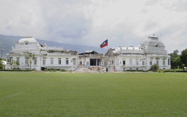 Palácio Nacional do Haiti, que fica na capital Porto Príncipe, parcialmente destruído pelo terremoto de 2010.[1]