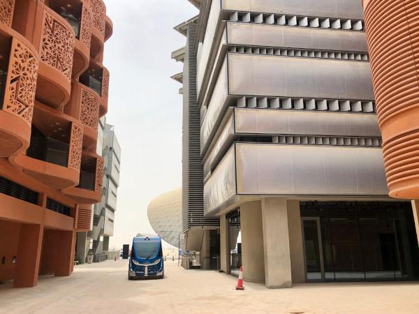 Representação de Masdar City, com veículo autônomo e edifícios.