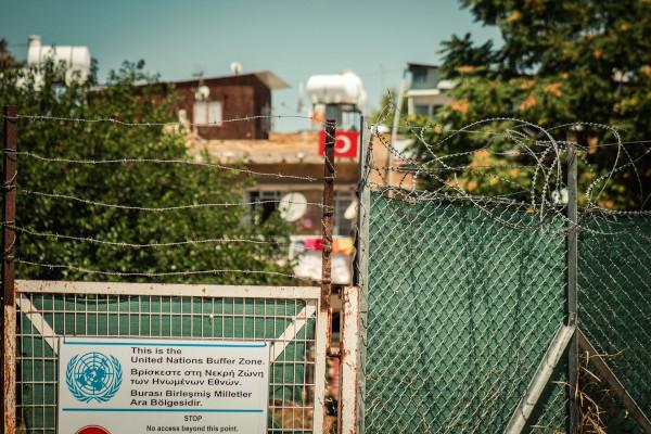 Placa indicando a área neutra na ilha do Chipre, controlada pelas Nações Unidas (ONU).[1]