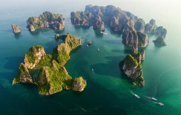 Formações calcárias na Baía de Halong, no litoral nordeste do Vietnã.