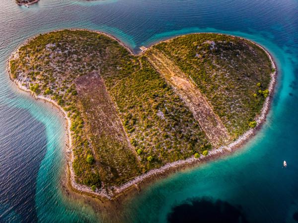 A ilha de Galešnjak, na Croácia, é conhecida como Ilha do Amor pela sua forma de coração.
