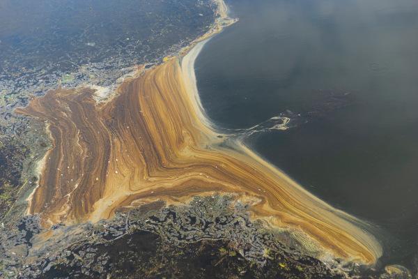 Mancha de petróleo na superfície do mar.
