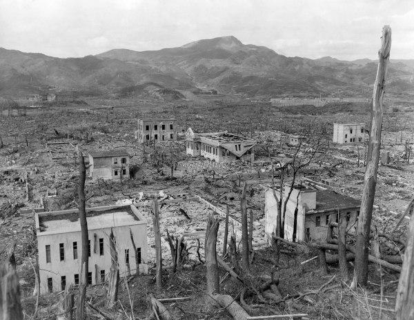 Ruínas da cidade Nagasaki, no Japão, após ataque de bomba atômica norte-americana em 1945, ao fim da Segunda Guerra Mundial.