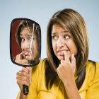 Mulher com medo do espelho quebrado