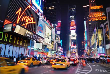 Grande aglomeração de pessoas, prédios, pavimentação, iluminação são características de áreas urbanas.*