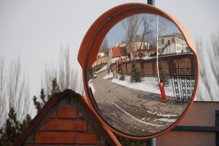 Os espelhos convexos conjugam somente imagens direitas e reduzidas, produzindo, assim, um grande campo visual.