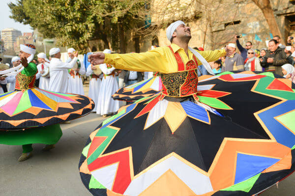 As danças são uma parte importante do que forma o folclore de um povo. Na imagem, estão dançarinos de uma dança típica do Egito. [1]
