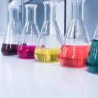 Soluções químicas coloridas dentro de recipientes transparentes