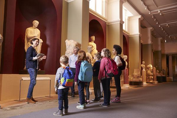 A visitação aos museus, tanto presencial quanto virtual, é uma ferramenta metodológica importante para a aula de história.