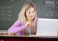 Estudante em frente a computador