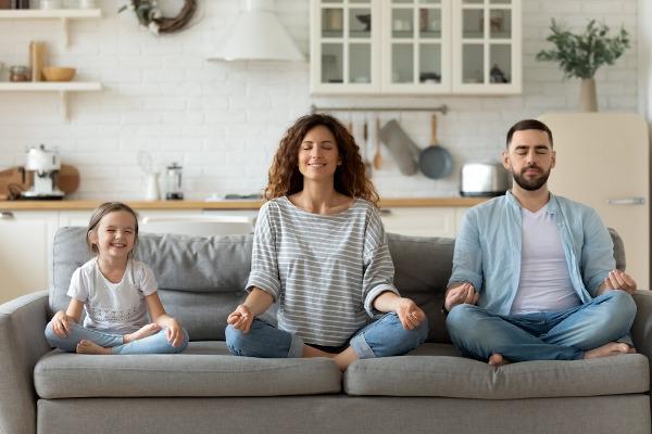 Estabelecer horários e realizar atividades prazerosas podem ajudar a enfrentar esse momento de distanciamento social.
