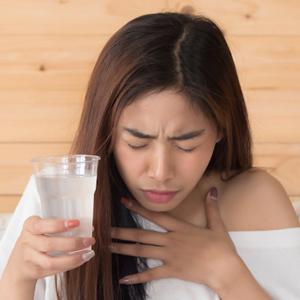 Pessoas segurando copo de água gelado e soluçando
