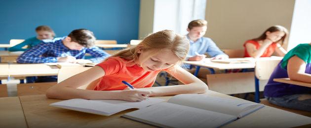 Alunos escrevem em sala de aula