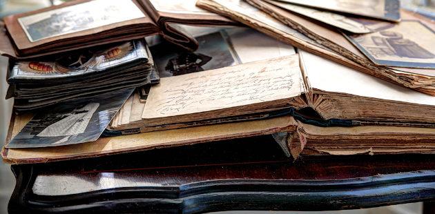 Livros antigos jogados sob mesa