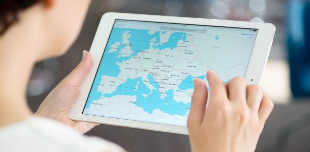 Mulher desfocada segurando tablet com a interface do Google Maps