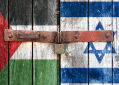 Porta de madeira trancada com bandeiras da palestina e israel pintadas