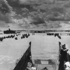 Desembarque de tropas de soldados pelo mar