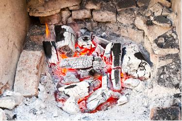 A combustão da madeira não resulta no seu derretimento, mas sim na formação de novas substâncias