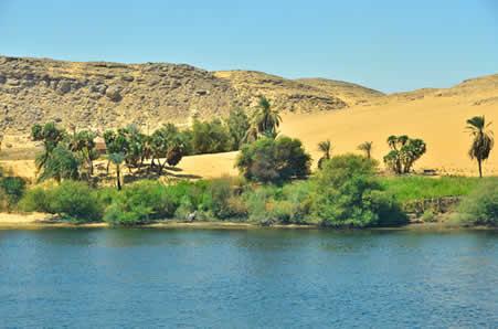 O Rio Nilo, com cerca de 6.700 km, é o único que, em períodos de seca, não perde seu fluxo no percurso do deserto para o mar