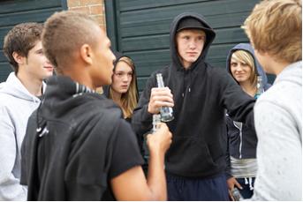 Um dos motivos que fazem os jovens usarem drogas é serem populares entre os colegas