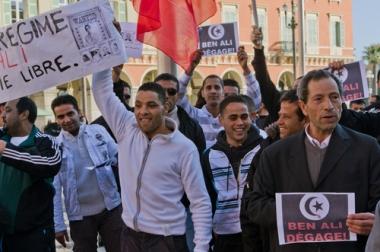 Manifestantes tunisianos manifestam pelo fim da ditadura em seu país ¹