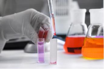 Na análise elementar qualitativa, pode-se reagir o analito com outras substâncias