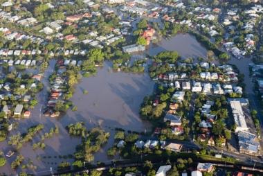 Cidade de Brisbane, na Austrália, sofrendo com inundações em 2011