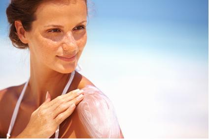 A exposição ao sol destrói as vitaminas presentes nos tecidos cutâneos. Uma excelente alternativa é incluí-las em protetores solares