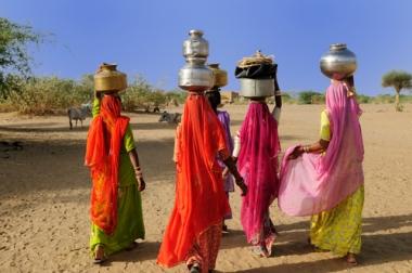 Grupos de mulheres indianas em busca de água, cada vez mais escassa no período das monções continentais, no inverno seco