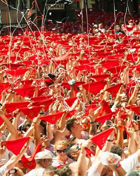 Aceno com os tradicionais lenços vermelhos na Praça de Consistorial